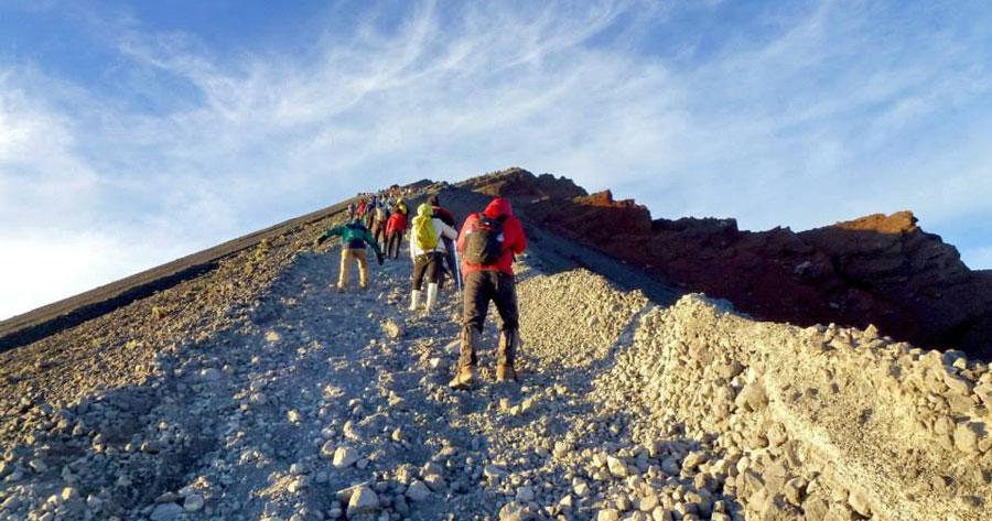 climbing-summit-mount-rinjani